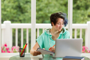 New high school seniors can and should be applying for college scholarships!